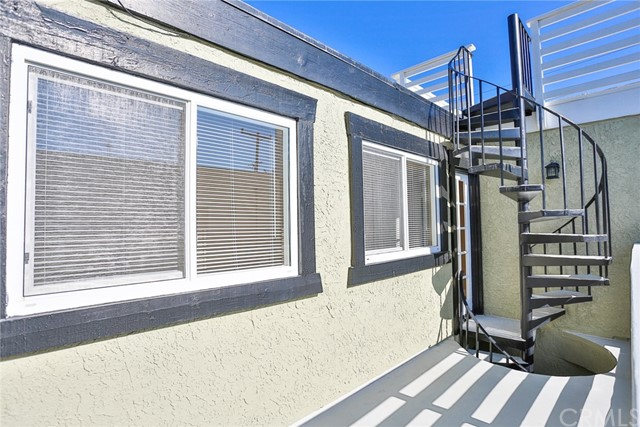 210 12th Street, Huntington Beach CA: http://media.crmls.org/medias/00dcb3d0-8e1a-444c-8757-d8e96f10ee26.jpg