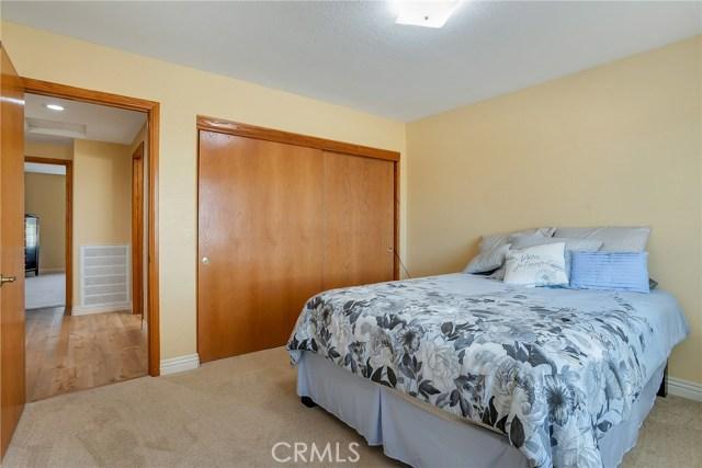 10832 Anaconda Avenue, Oak Hills CA: http://media.crmls.org/medias/051f9cf9-96a9-4ea8-b8e8-c1c386f89645.jpg