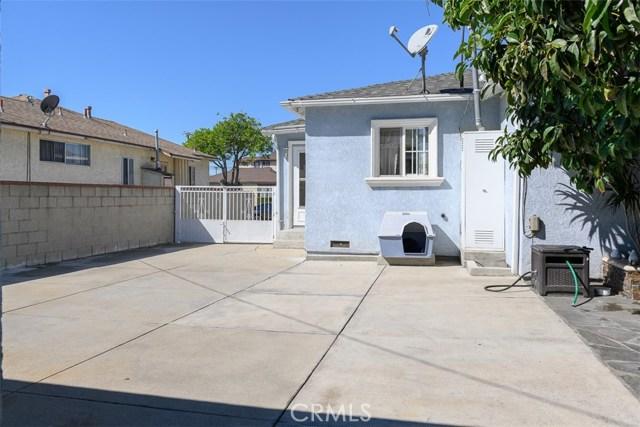 10806 Madge Avenue, South Gate CA: http://media.crmls.org/medias/07d5f044-a4f6-490d-9298-9fb21d383ba5.jpg