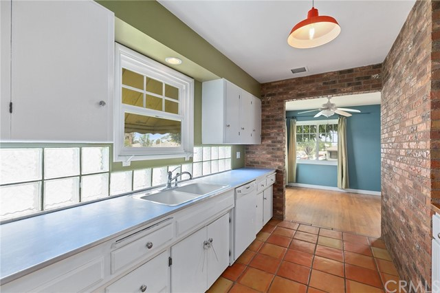 324 W Kendall Street, Corona CA: http://media.crmls.org/medias/080a259a-3ac1-4fdb-b753-46e9946ae714.jpg