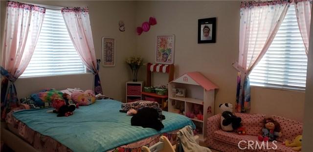 13223 La Crescenta Avenue, Oak Hills CA: http://media.crmls.org/medias/0a79ece9-b332-4f21-a1f4-d1e95b46c10f.jpg