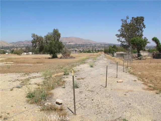 11275 Eagle Rock Road, Moreno Valley CA: http://media.crmls.org/medias/0aff3513-13e3-41c5-bae7-4d4e45eb5a96.jpg