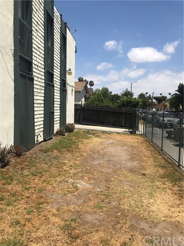 333 E 80th Street, Los Angeles CA: http://media.crmls.org/medias/0b487dea-e23a-4ea9-be35-255d620d4a52.jpg