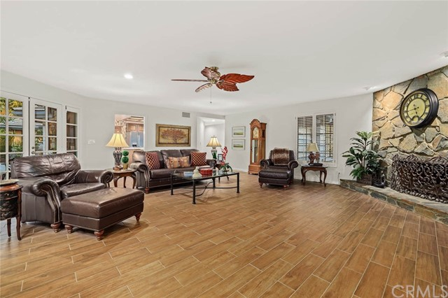 房产卖价 : $189.80万/¥1,306万