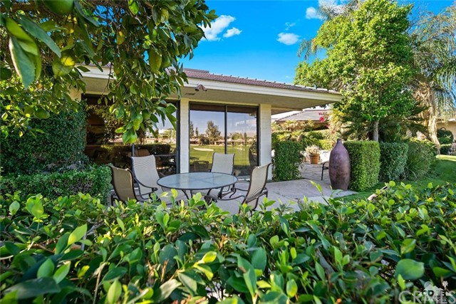 4 Exeter Court, Rancho Mirage CA: http://media.crmls.org/medias/0cd4a297-86ec-40ea-b1c3-15a670ecd3b0.jpg