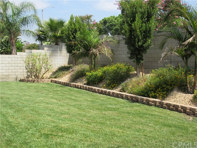 6975 Garden Rose Street, Fontana CA: http://media.crmls.org/medias/0d272318-6efb-4200-a3f0-f602ac8fb3d1.jpg