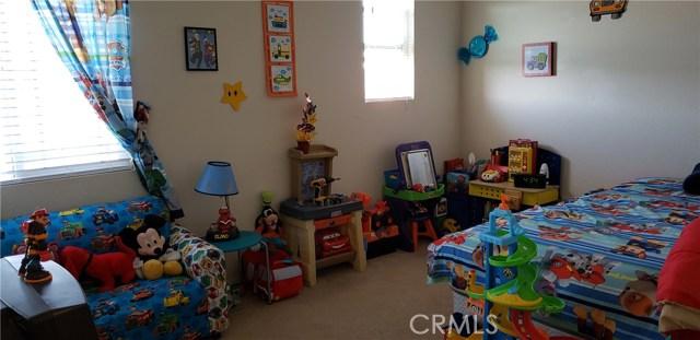 13223 La Crescenta Avenue, Oak Hills CA: http://media.crmls.org/medias/12835144-56d4-4c74-aac1-70ce49443998.jpg