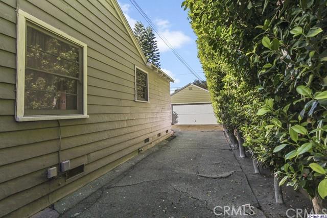 11753 Riverside Drive, Valley Village CA: http://media.crmls.org/medias/13a6f6b8-4e4e-4d31-9d39-f33bd04acd4f.jpg