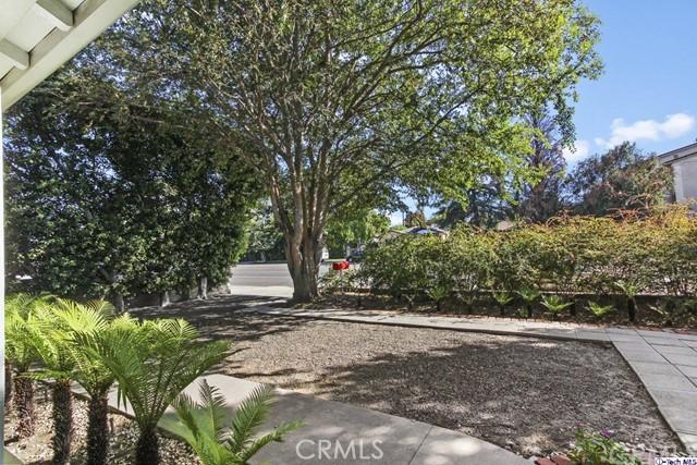 11753 Riverside Drive, Valley Village CA: http://media.crmls.org/medias/1550b219-103f-42d7-8983-082c1b9e2c2e.jpg