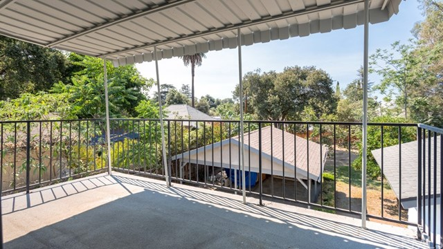 990 E Howard Street, Pasadena CA: http://media.crmls.org/medias/15a730fb-d1e8-4f6f-8e5e-9c0268e14559.jpg