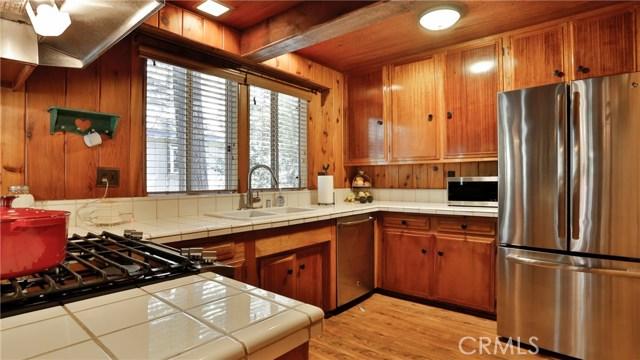 22833 Laurel Lane, Crestline CA: http://media.crmls.org/medias/16429332-dc11-4bf2-b056-5864a3bd1346.jpg
