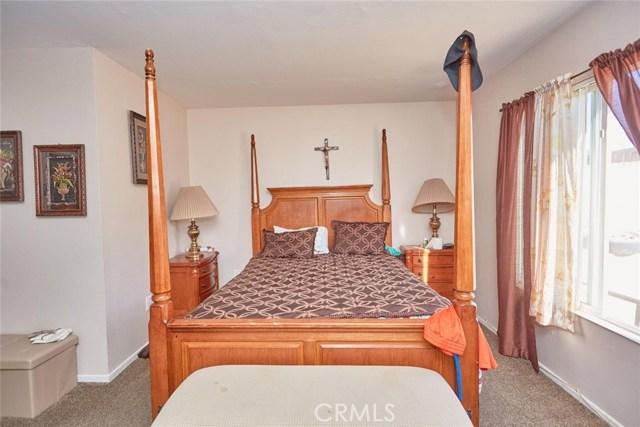 11911 Spring Hill Court, Adelanto CA: http://media.crmls.org/medias/1cbe8566-f10b-49b1-8507-b4c568dcca72.jpg