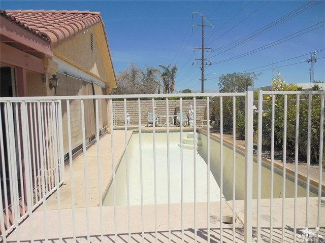 30480 Travis Ave, Cathedral City CA: http://media.crmls.org/medias/2207bfcf-3fa3-43aa-a6ce-70a91d60e66f.jpg
