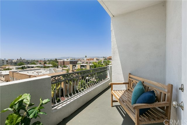 926 S Manhattan Place, Los Angeles CA: http://media.crmls.org/medias/22bfbd5a-e565-4d26-8427-0404e1b7c038.jpg