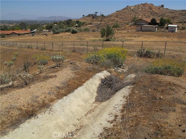 11275 Eagle Rock Road, Moreno Valley CA: http://media.crmls.org/medias/239d28e0-bd25-40c5-a6ca-3c17700535c4.jpg