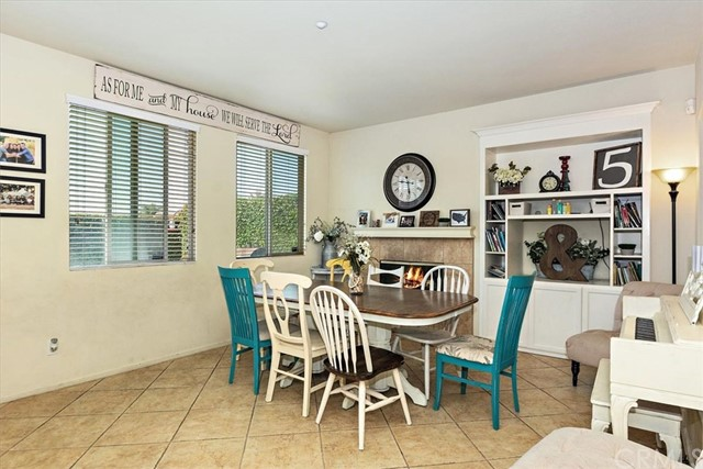 15335 Scarlet Oak Lane, Fontana CA: http://media.crmls.org/medias/25544220-92cb-4ba0-8bd6-18407b8cd9d3.jpg