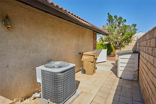 13330 Palos Grande Drive, Victorville CA: http://media.crmls.org/medias/263709dc-3453-44a0-a8e5-7dec6f3861fa.jpg