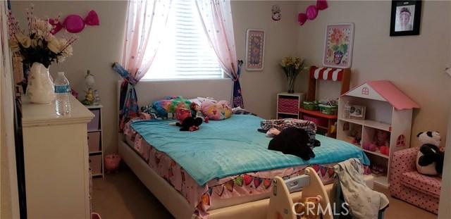 13223 La Crescenta Avenue, Oak Hills CA: http://media.crmls.org/medias/277fbc90-e691-4487-818b-b601192ad269.jpg