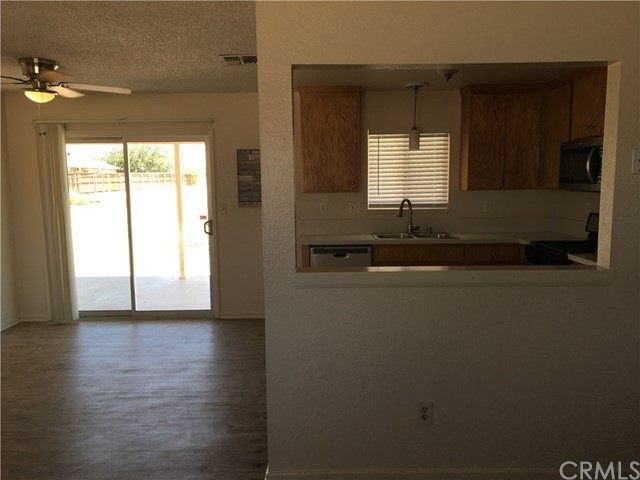 10865 Pinole Road, Apple Valley CA: http://media.crmls.org/medias/29306abe-3351-46f6-8734-e5373191f155.jpg