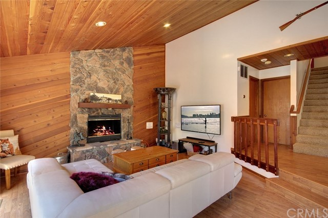 1021 London Lane, Big Bear CA: http://media.crmls.org/medias/2b15bb6c-e09d-4cff-89fc-c02dc3930c23.jpg