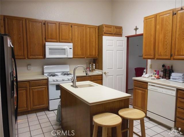 30480 Travis Ave, Cathedral City CA: http://media.crmls.org/medias/2b2aa61e-6c85-4226-82cf-2045311dd251.jpg