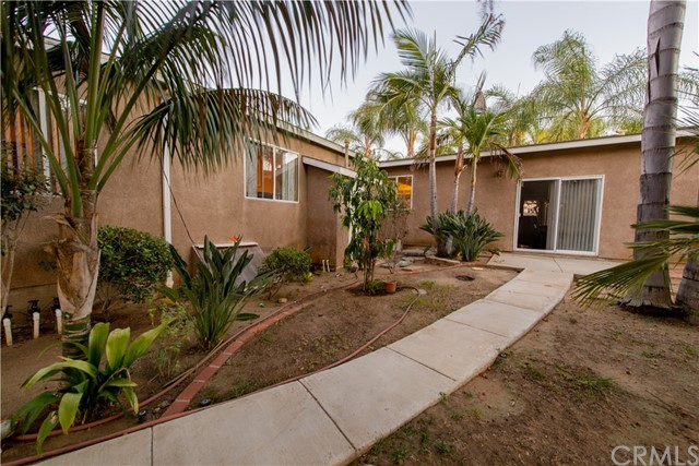 1625 Gum Tree Lane, Fallbrook CA: http://media.crmls.org/medias/3011f2cc-e536-4c7d-b43a-0a186bc0692b.jpg