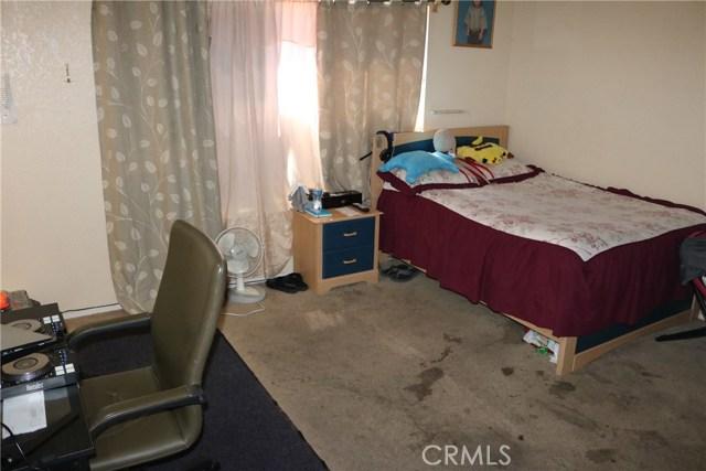 10695 Moorfield Street, Adelanto CA: http://media.crmls.org/medias/3748efa2-42cd-4b0c-81f5-424e93d7b546.jpg