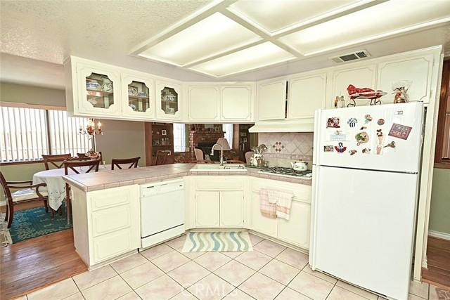 13330 Palos Grande Drive, Victorville CA: http://media.crmls.org/medias/38604556-3e5b-4765-ada3-f1f6869812f3.jpg