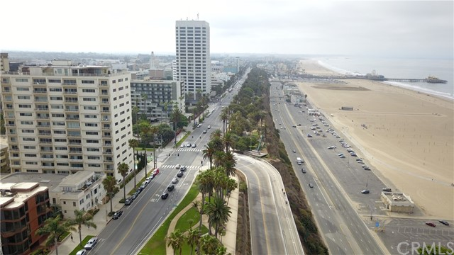 1045 Ocean Avenue, Santa Monica CA: http://media.crmls.org/medias/3c491559-099c-4be2-aae7-d7bdc2a10691.jpg