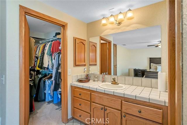 10832 Anaconda Avenue, Oak Hills CA: http://media.crmls.org/medias/3c51a1d9-3f8c-44a3-aa7c-5597f7bad7c5.jpg