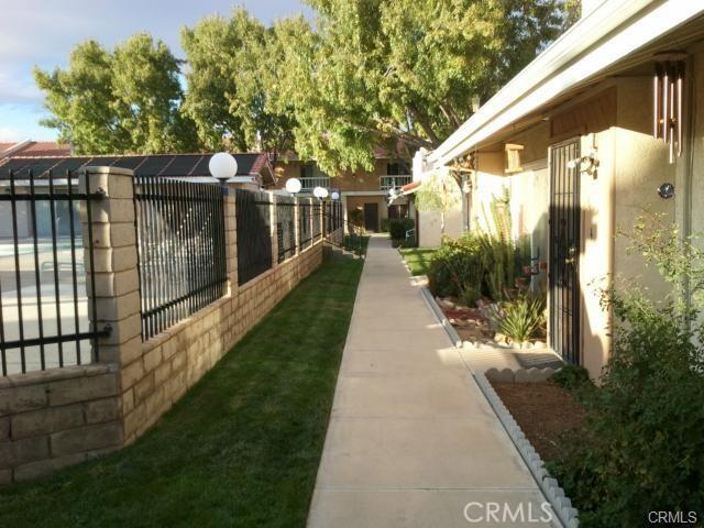 16465 Green Tree Boulevard, Victorville CA: http://media.crmls.org/medias/45e51ae8-9286-4f8f-a7aa-efa0aa179153.jpg