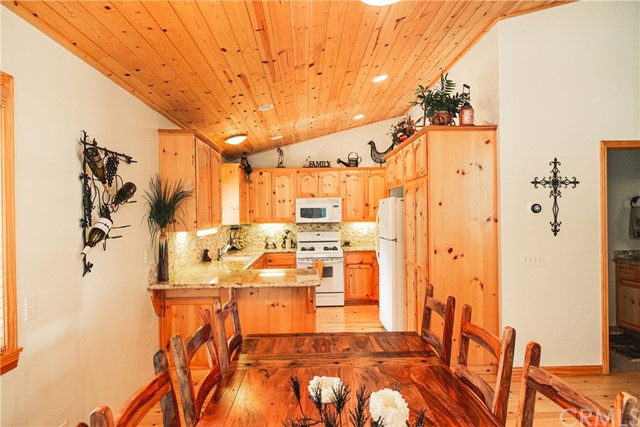 471 Woodside Drive, Big Bear CA: http://media.crmls.org/medias/46053296-3c68-4bc0-b77e-adf193dbdcbb.jpg