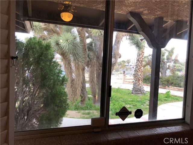57588 Onaga Trail, Yucca Valley CA: http://media.crmls.org/medias/4a4ea769-751a-4489-97d5-8a7aa05bc00c.jpg