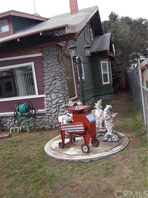 216 N Olive Avenue, Rialto CA: http://media.crmls.org/medias/4eb0d485-97de-4d00-a1bd-6f04161fad78.jpg
