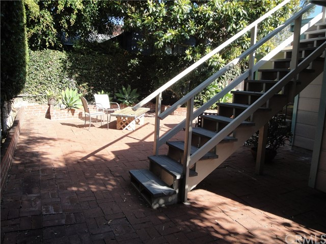 520 Oak Street, Laguna Beach CA: http://media.crmls.org/medias/50bcaf16-f3f8-4693-841b-1a19773a0008.jpg