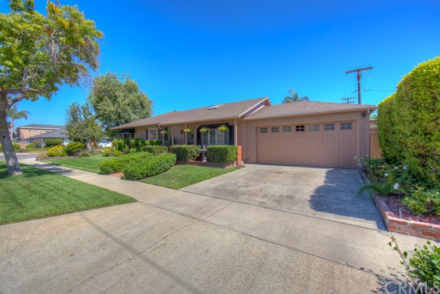 5102 E Pageantry Street, Long Beach CA: http://media.crmls.org/medias/553d679e-6a79-4c4f-93cd-cffc6190c9f9.jpg