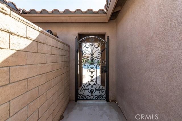 14176 Kiowa Road, Apple Valley CA: http://media.crmls.org/medias/5a6f23bf-ee2f-498b-91b3-2e860feabc46.jpg