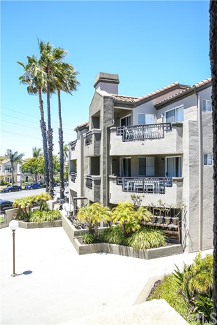 410 Lake Street, Huntington Beach CA: http://media.crmls.org/medias/5b901d26-980d-4497-a58b-124683cf234b.jpg