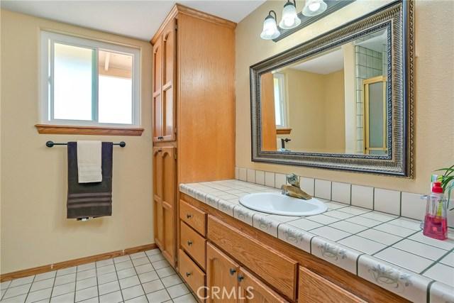 10832 Anaconda Avenue, Oak Hills CA: http://media.crmls.org/medias/5c52dfc5-3ee4-4f95-a65e-8082d8d98525.jpg