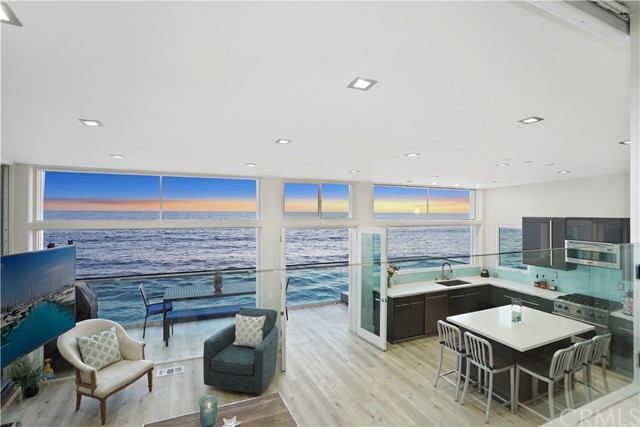 1241 Ocean Front, Laguna Beach CA: http://media.crmls.org/medias/5d8c5bf0-7e1b-47cf-98df-200953b0d022.jpg