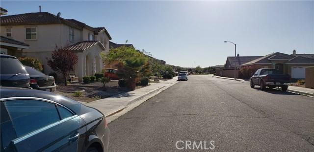 13223 La Crescenta Avenue, Oak Hills CA: http://media.crmls.org/medias/60611a40-1bc9-4de4-bcbc-580842fe01b8.jpg