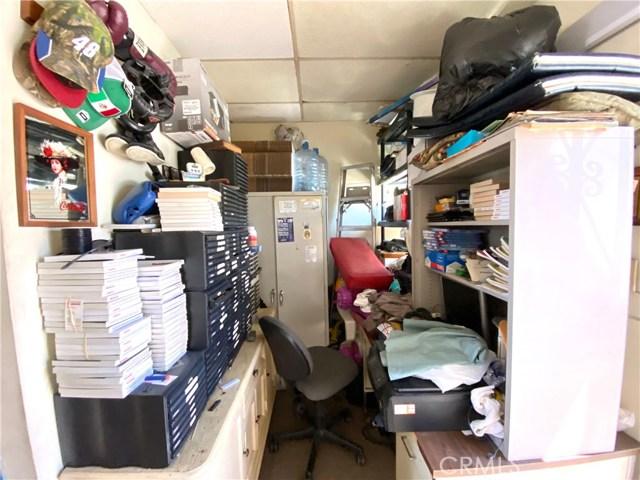 9300 California Avenue, South Gate CA: http://media.crmls.org/medias/65f8a5f1-61b5-49c4-92ba-52e57ef9a48b.jpg
