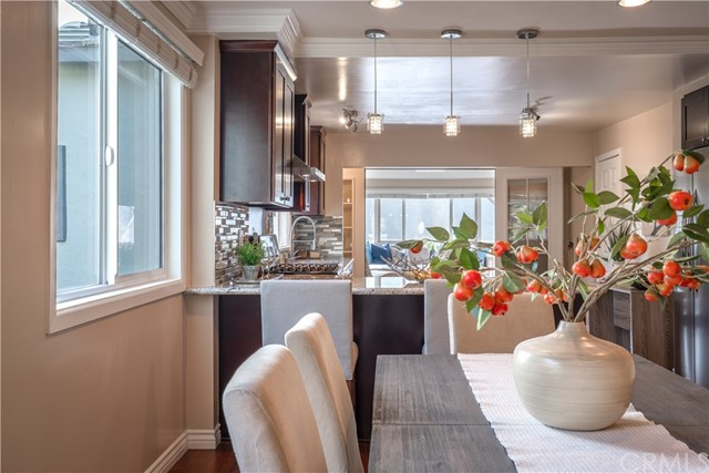 Dining room and kitchen peninsula