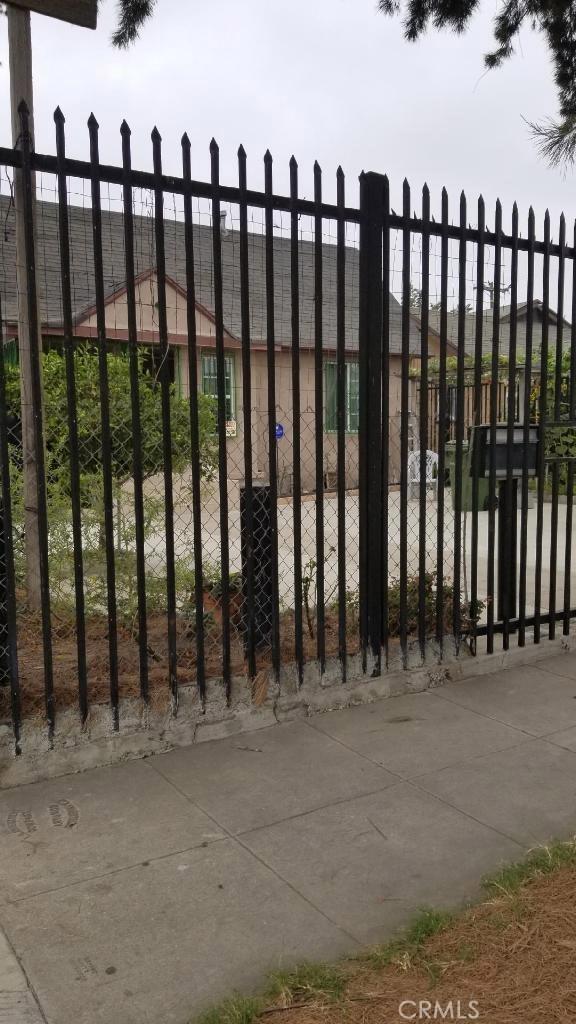 1000 W 68th Street, Los Angeles CA: http://media.crmls.org/medias/67d664df-04a2-4871-954e-83d01c341466.jpg