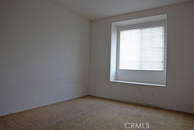 15412 Thistle Street, Fontana CA: http://media.crmls.org/medias/68fcdf3a-a62c-417f-9492-fa96d0d025c0.jpg