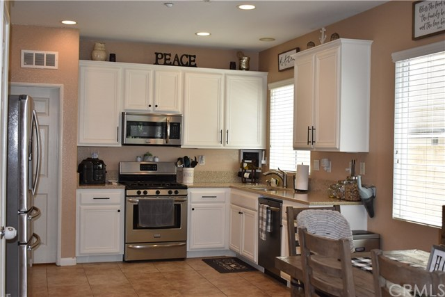 6272 Beth Page Drive, Fontana CA: http://media.crmls.org/medias/6a44f918-c1c6-4743-9e9d-1853de0fc259.jpg