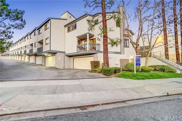 Detail Gallery Image 1 of 15 For 2809 Montrose Ave #8,  Glendale,  CA 91214 - 3 Beds | 3 Baths