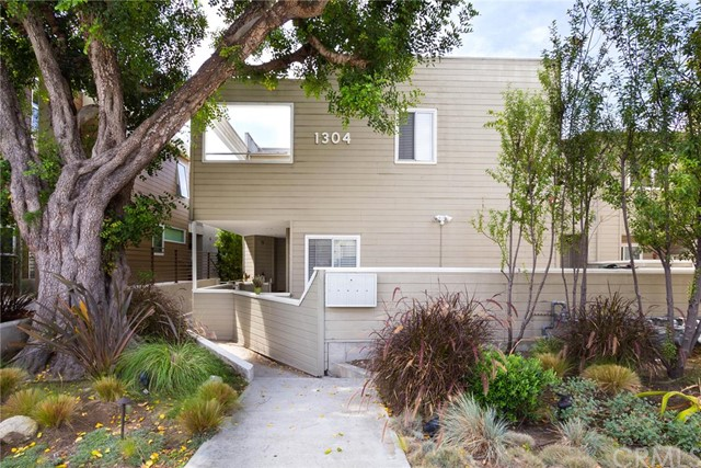 1304   12th Street  C , CA 90266 is listed for sale as MLS Listing SB15176836