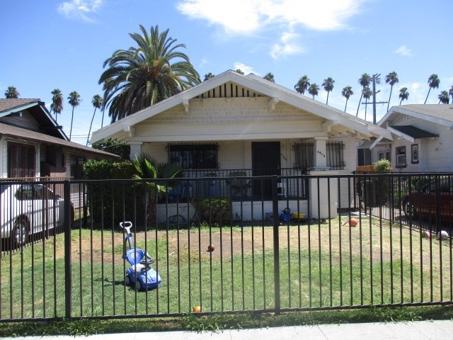 4504 S Van Ness Avenue, Los Angeles CA: http://media.crmls.org/medias/7ac4df25-11ee-4783-ad2d-7fcf2a9a6478.jpg