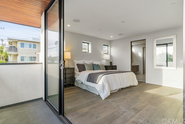 1824 PACIFIC COAST HIGHWAY, HERMOSA BEACH, CA 90254  Photo